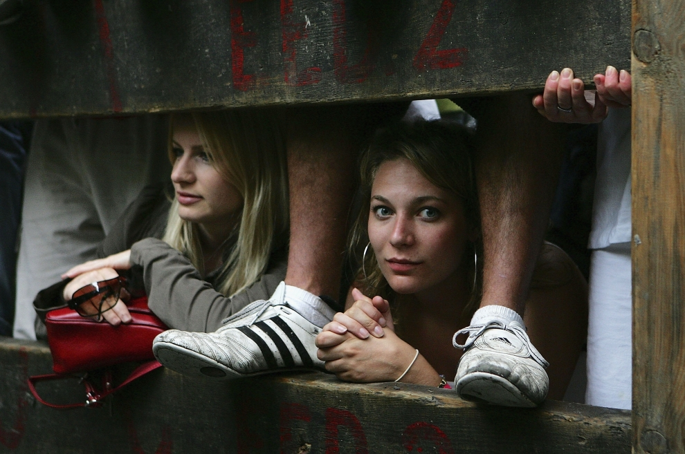 5. HISZPANIA, Pampeluna: Dwie dziewczyny czekają aby zobaczyć biegnące ulicami byki. (Foto: Denis Doyle/Getty Images)