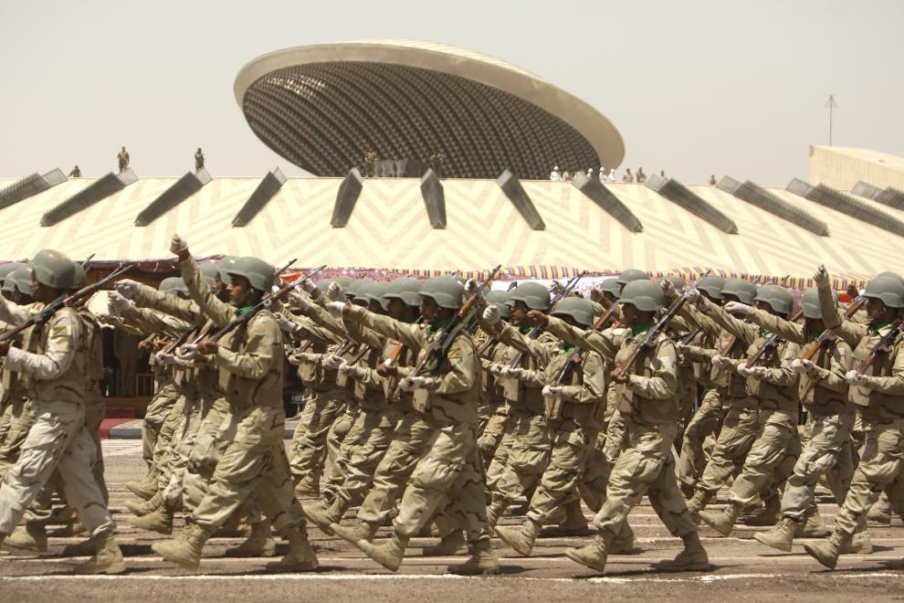 6. IRAK, Bagdad: Parada przed Grobem Nieznanego Żołnierza. AFP PHOTO / ALI AL-SAADI