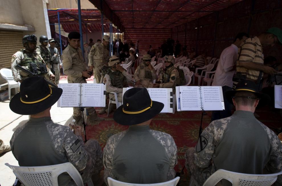 7. IRAK, Bagdad: Orkiestra dęta przygotowuje się do występu podczas oficjalnego przekazania posterunku w jednej z części Bagdadu. AFP PHOTO/DAVID FURST