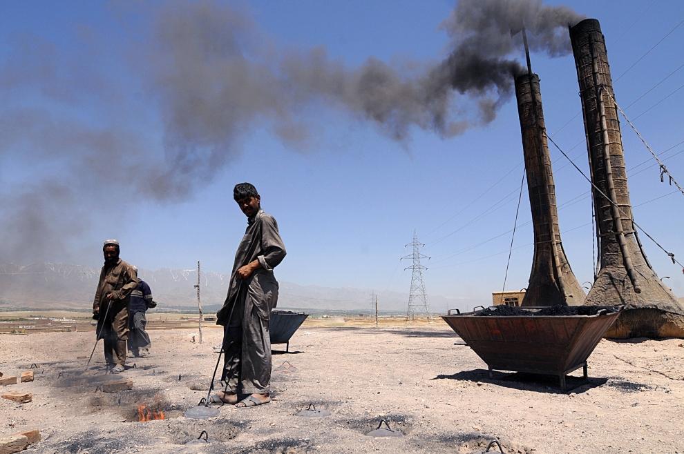 8. AFGANISTAN, Kabul: Piece służące do wypalania cegieł. AFP PHOTO/SHAH Marai
