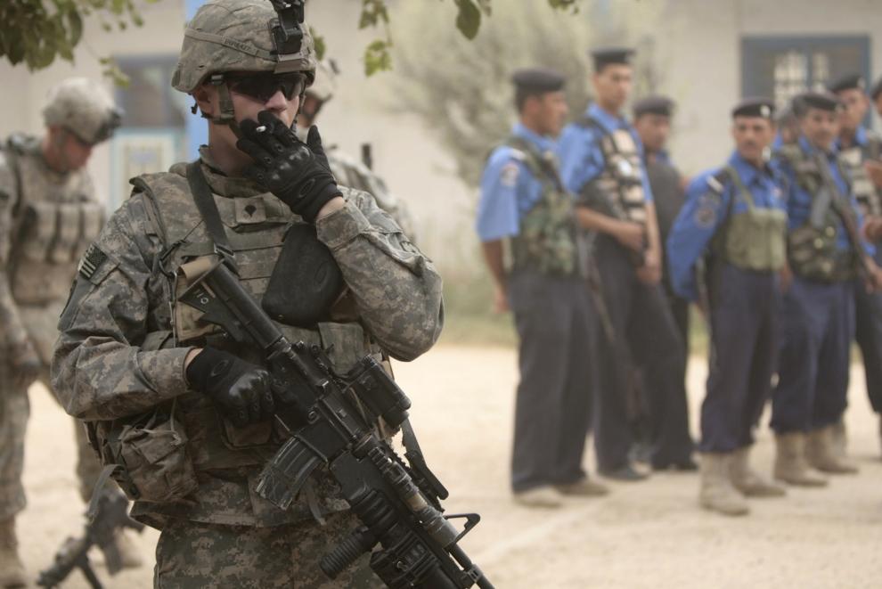 8. IRAK, Bakuba: Przygotowania do ostatniego wspólnego patrolu w Khan Bani Saad. AFP PHOTO / AHMAD AL-RUBAYE