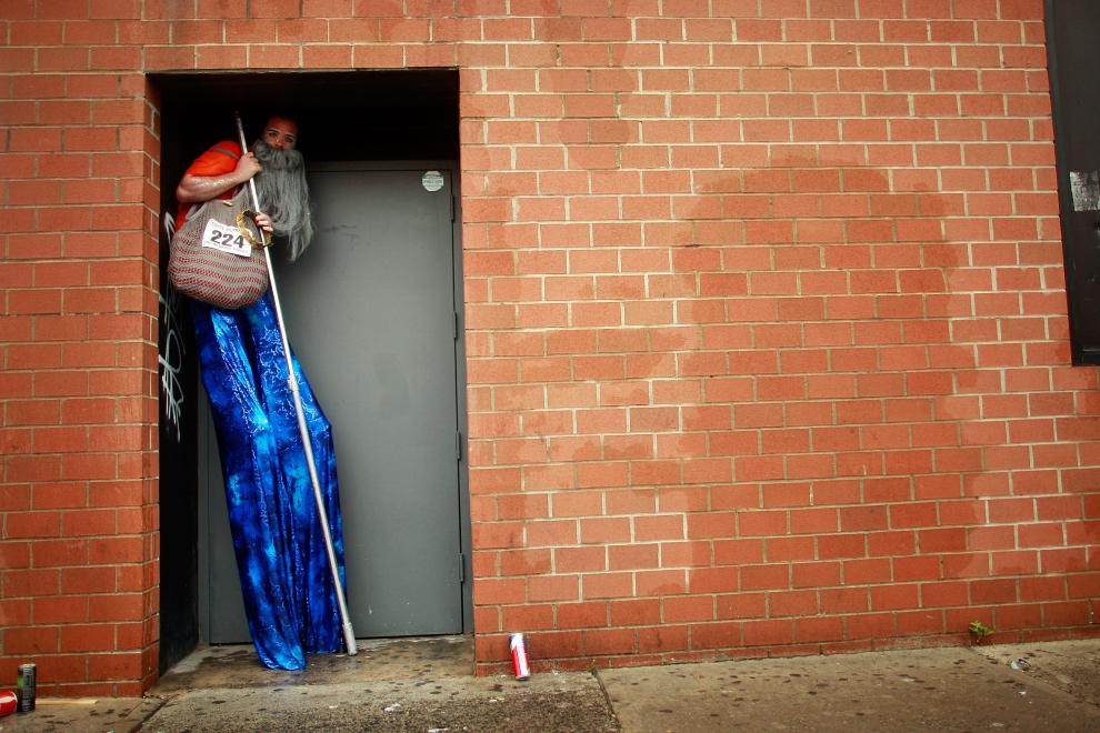 8. NOWY JORK, Brooklyn: Szczudlarz uczestniczący w corocznej Paradzie Syrenek chroni się przed deszczem. (Foto: Mario Tama/Getty Images)