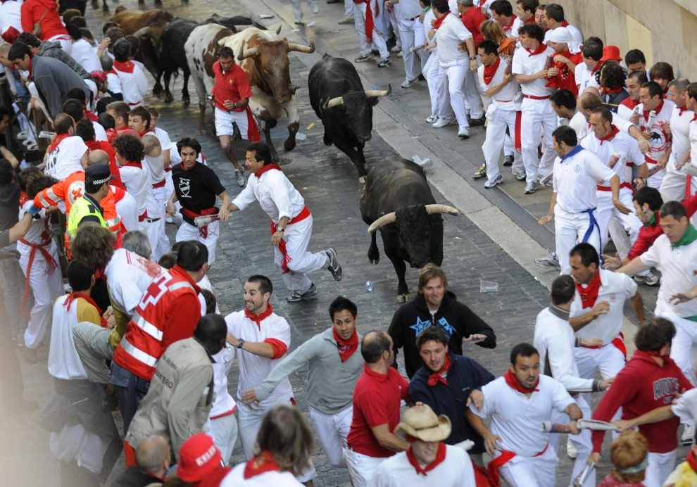 8. HISZPANIA, Pampeluna: Biegnący ulicami Pampeluny tłum i byki. AFP PHOTO / A. ARRIZURIETA