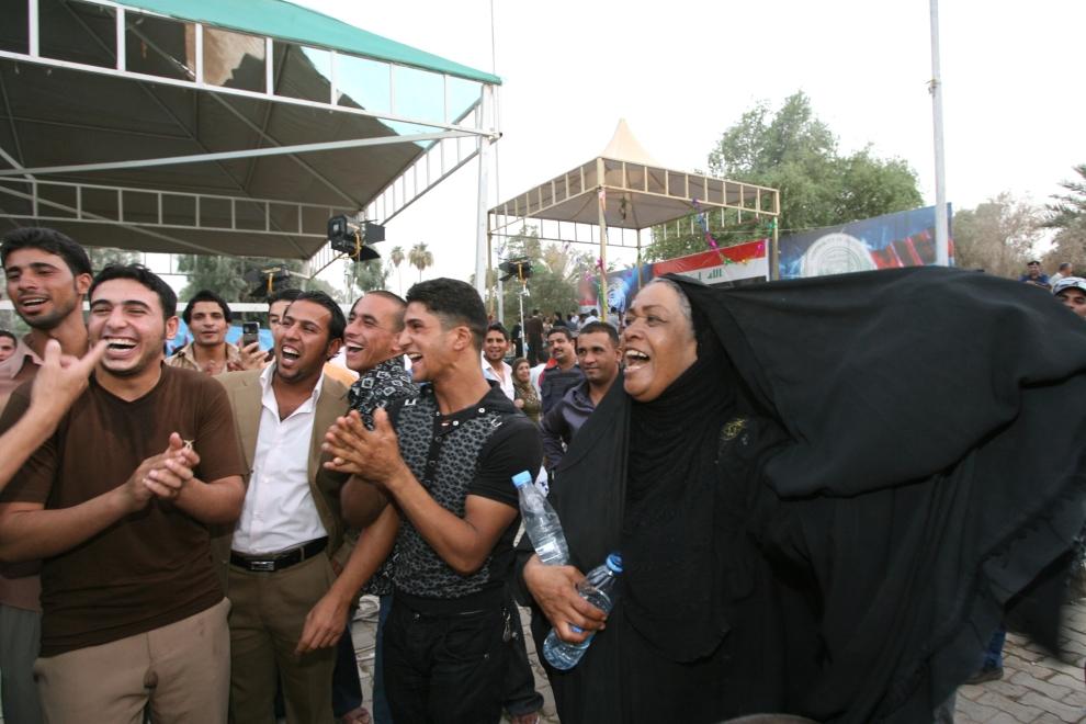 9. IRAK, Bagdad: Irakijczycy świętują wycofywanie się wojsk amerykańskich z Iraku. AFP PHOTO / ALI AL-SAADI