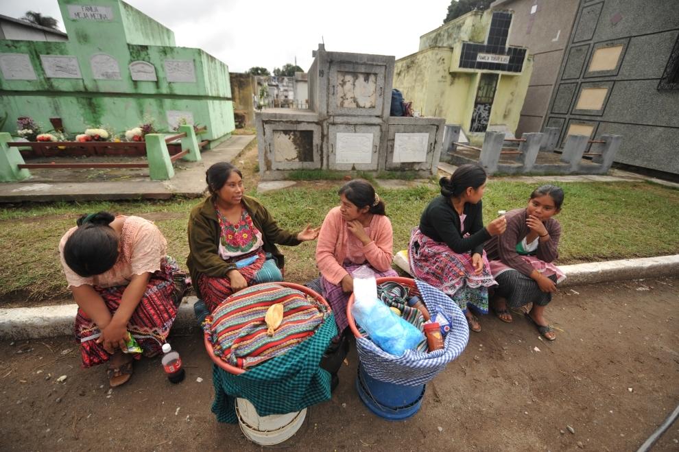 10. GWATEMALA, Gwatemala: Kobiety sprzedające żywność na największym cmentarzu w Gwatemali. AFP PHOTO Johan ORDONEZ.