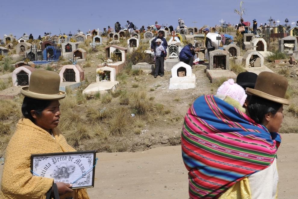 11. BOLIWIA, El Alto: Rdzenni mieszkańcy Boliwii odwiedzają groby bliskich w El Alto w Dniu Wszystkich Świętych. Zgodnie z wierzeniami, zawsze 1 listopada w południe, duch zmarłego powraca na ziemię i pozostaje tu przez dobę, aby cieszyć się przywilejami żywych. AFP PHOTO/AIZAR RALDES