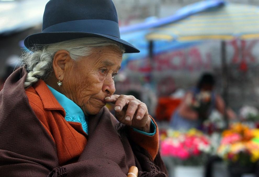 13. EKWADOR, Quito: Kobieta odwiedzająca grób pochowanego w Quito krewnego. AFP PHOTO/Rodrigo BUENDIA