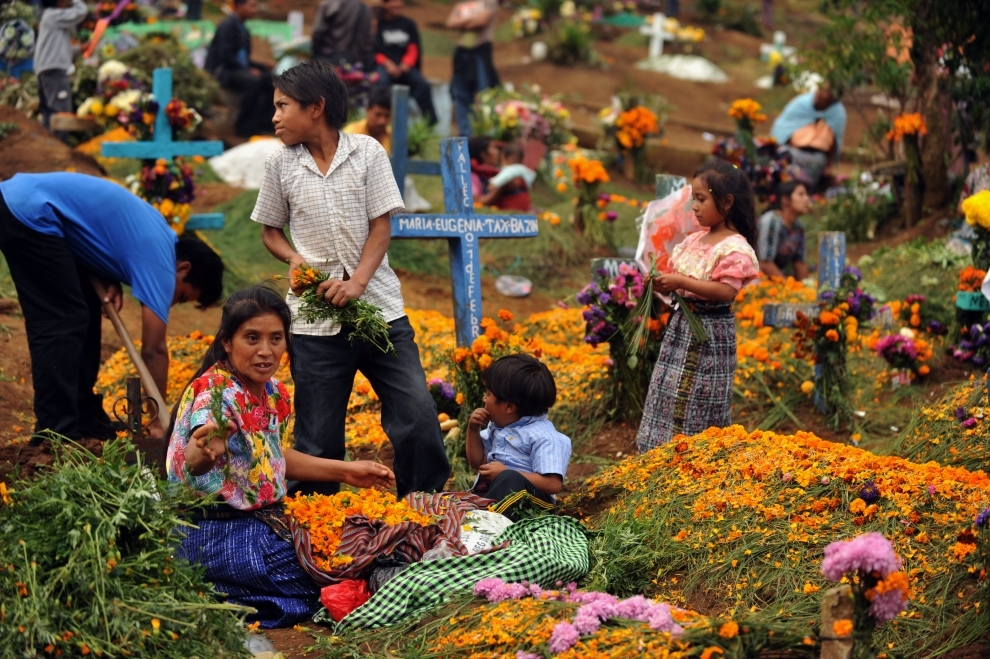 14. GWATEMALA, Sumpango: Wszystkich Świętych - Rodzina odwiedzająca cmentarz w Sumpango. AFP PHOTO/Johan ORDONEZ