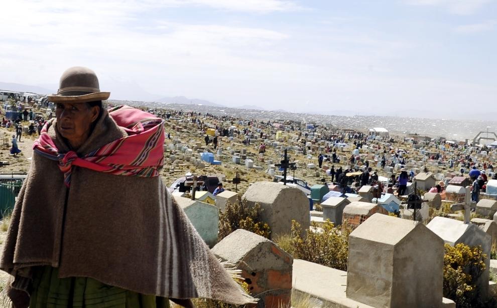 15. BOLIWIA, El Alto: Panorama rozległego cmentarza w El Alto w Dniu Wszystkich Świętych. AFP PHOTO/AIZAR RALDES
