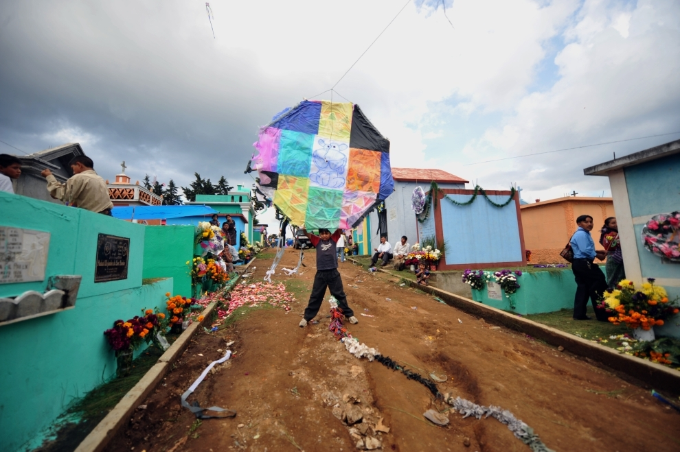 16. GWATEMALA, Sumpango: Chłopiec puszczający latawce na cmentarzy miejskim. AFP PHOTO/Johan ORDONEZ