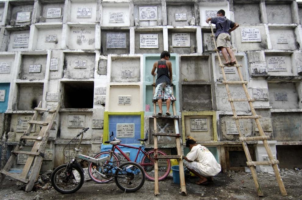 19. FILIPINY, Navotas: Porządkownie grobów na miejskim cmentarzu w Navotas, na północ od Manili. AFP PHOTO/NOEL CELIS