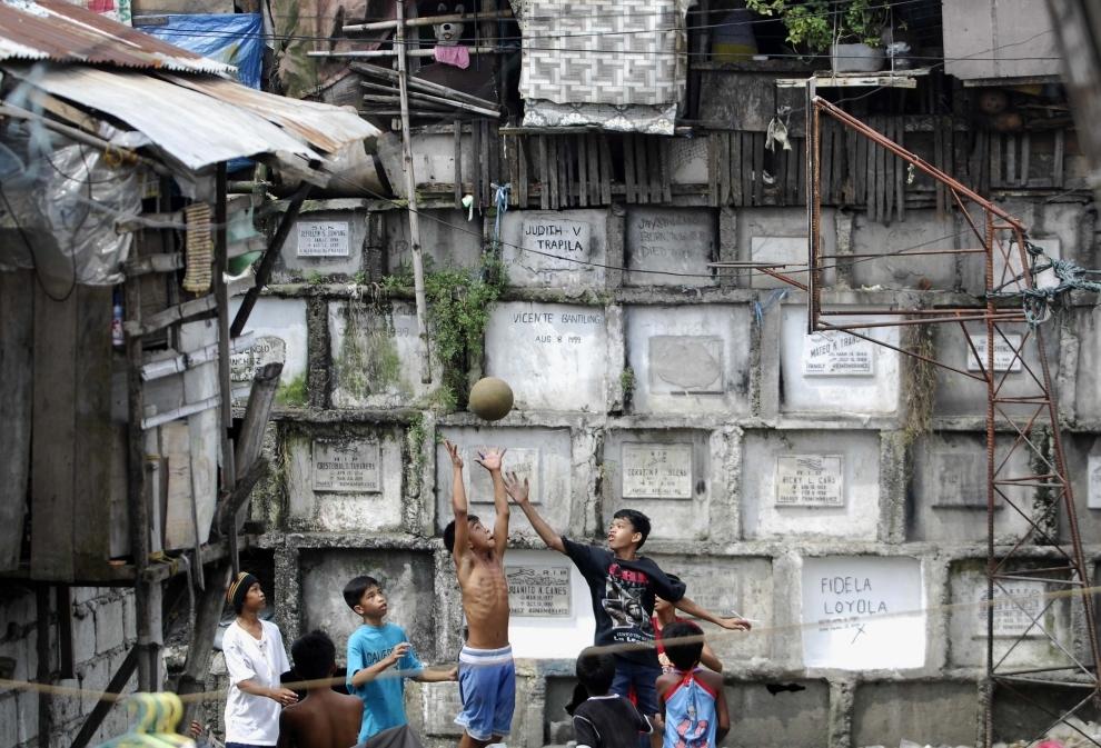 22. FILIPINY, Navotas: Dzieci mieszkające na cmentarzu grają w koszykówkę w dniu Wszystkich Świętych. AFP PHOTO/NOEL CELIS