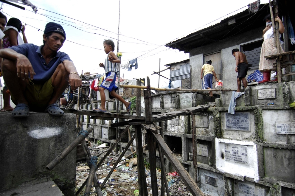 23. FILIPINY, Navotas: Kładka, zbudowna przez zamieszkujacych cmentarz, nad alejką rozdzielająca groby. AFP PHOTO/NOEL CELIS
