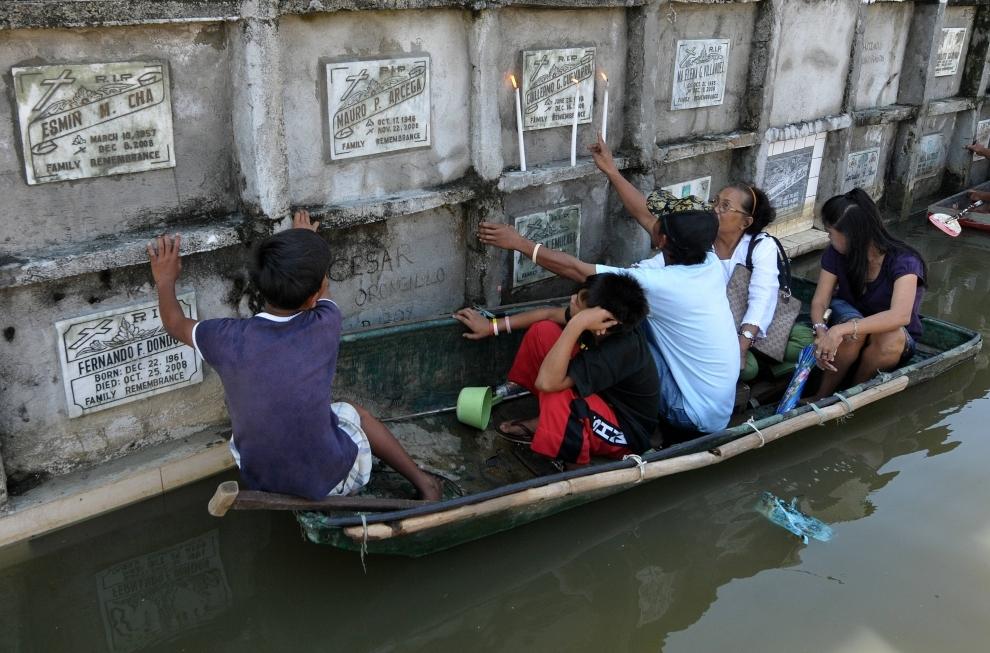 26. FILIPINY, Manila: Tegoroczne obchody dnia Wszystkich Świętych utrudniają skutki niedawngo tajfunu Mirinae. AFP PHOTO/JAY DIRECTO