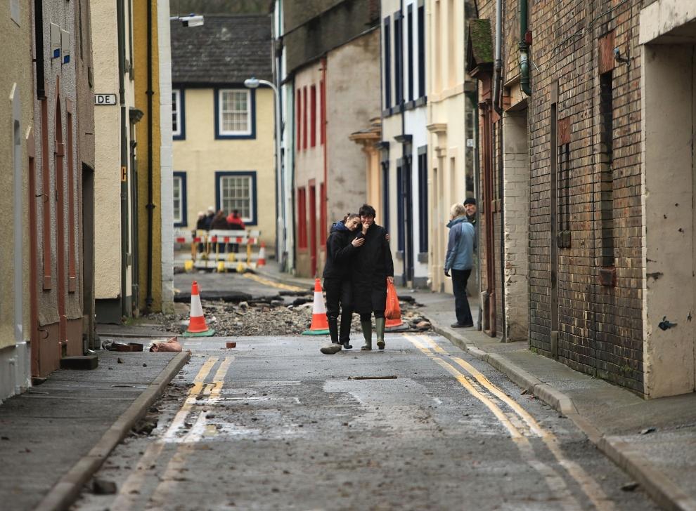 28.  WIELKA BRYTANIA, Cockermouth: Kobiety wracające do zniszczonego przez powódź domu. (Foto: Christopher Furlong/Getty Images)