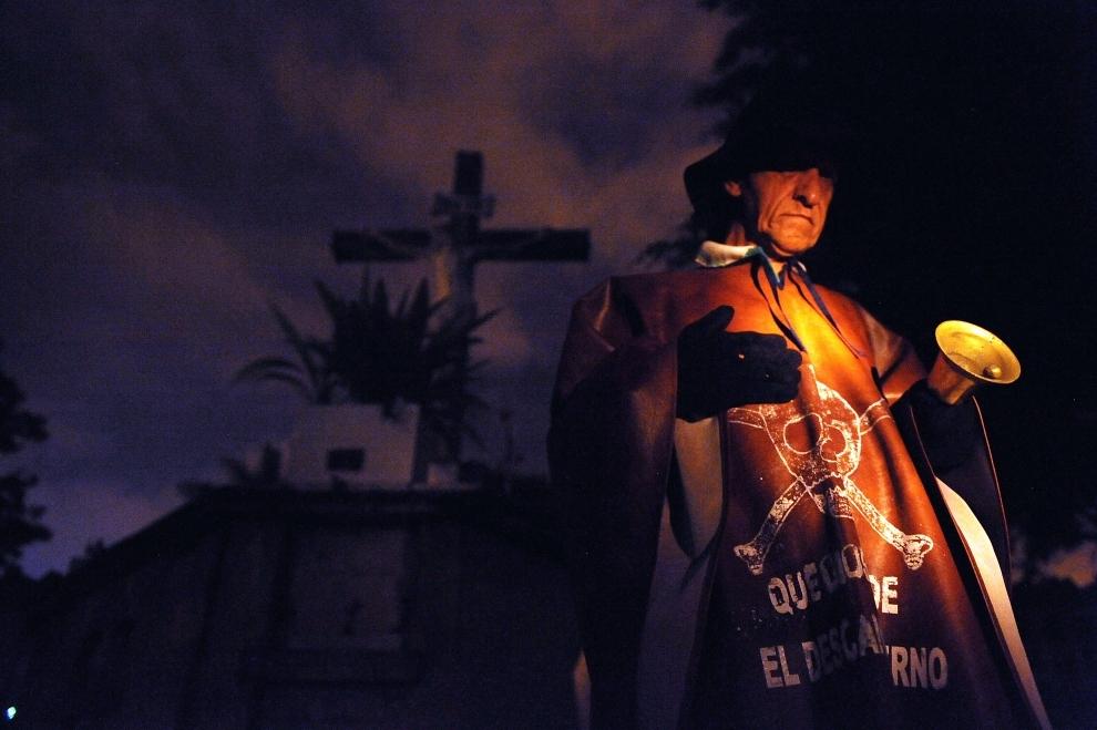 29. KOLUMBIA, Copacabana: Jesus Torres dzwoniący na głównym cmentarzu w Copacabana. Każdego dnia listopada przed północą budzi on w ten sposób dusze zmarłych i oprowadza je wokół miasta. Zbudzeni dźwiękiem dzwonu ludzie, ofiarują modlitwy za dusze zmarłych. AFP PHOTO/Raul ARBOLEDA MORE PICTURES IN IMAGE FORUM