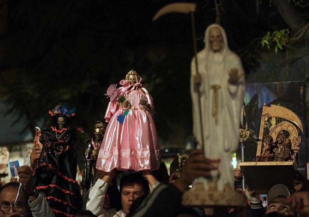 """2. MEKSYK, Meksyk: Wyznawcy kultu """"Santa Muerte"""" (Święta Śmierć) podczas procesji w  stolicy kraju. Dzień oddawania czci tej figurce, wywodzącej się z   wierzeń ery prekolumbijskiej, zbiega się z obchodami Dnia Wszystkich Świętych. AFP PHOTO/LUIS ACOSTA"""