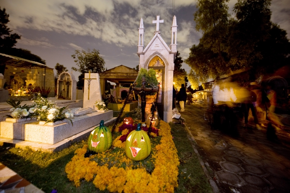 3. MEKSYK, Meksyk: Przystrojony grób na cmentarzu San Jose. AFP PHOTO/Alfredo ESTRELLA
