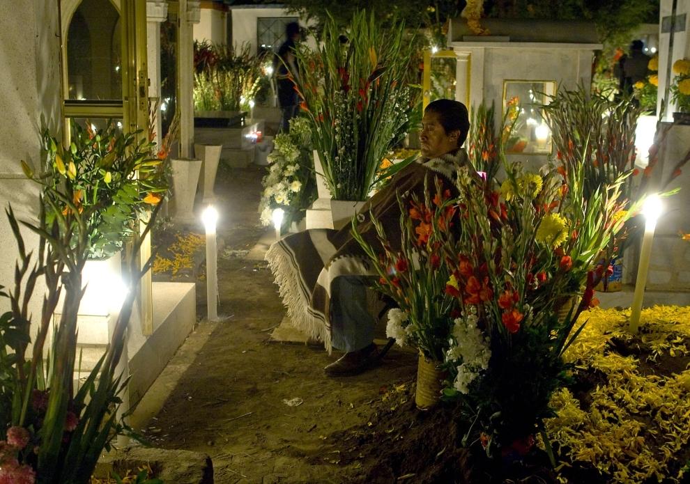 4. MEKSYK, Meksyk: Mężczyzna modli się przed grobem bliskich na cmentarzu San Gregorio Atlapulco. AFP PHOTO/Luis ACOSTA