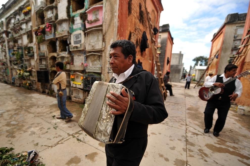 8. GWATEMALA, Gwatemala: Mariachi czeka na klientów na cmentarzu w stolicy Gwatemali. AFP PHOTO Johan ORDONEZ.