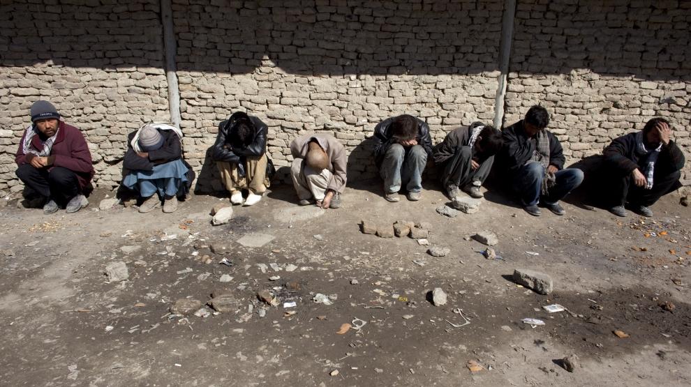 9. AFGANISTAN, Kabul: Heroiniści siedzą przed budynkiem byłego centrum kultury, które teraz stało się miejscem spotkań narkomanów. (Foto: Paula   Bronstein/Getty Images)