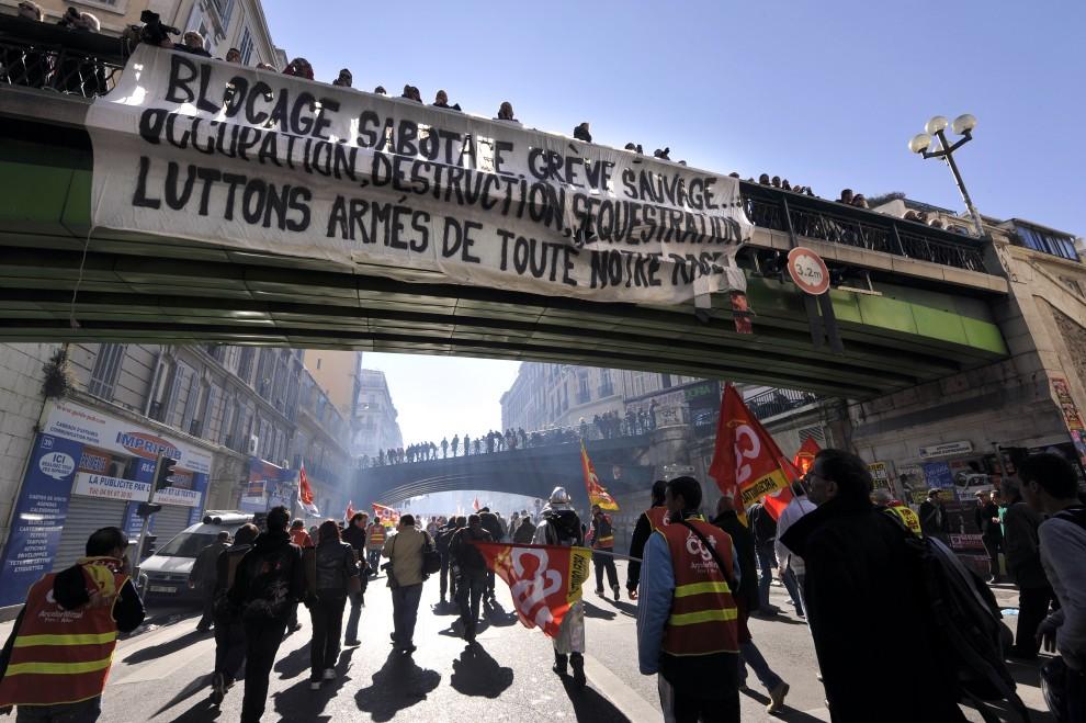 17. FRANCJA, Marsylia, 19 października 2010: Ludzie demonstrujący na ulicy w Marsylii przeciw zmianom w systemie emerytalnym. AFP PHOTO/GERARD JULIEN