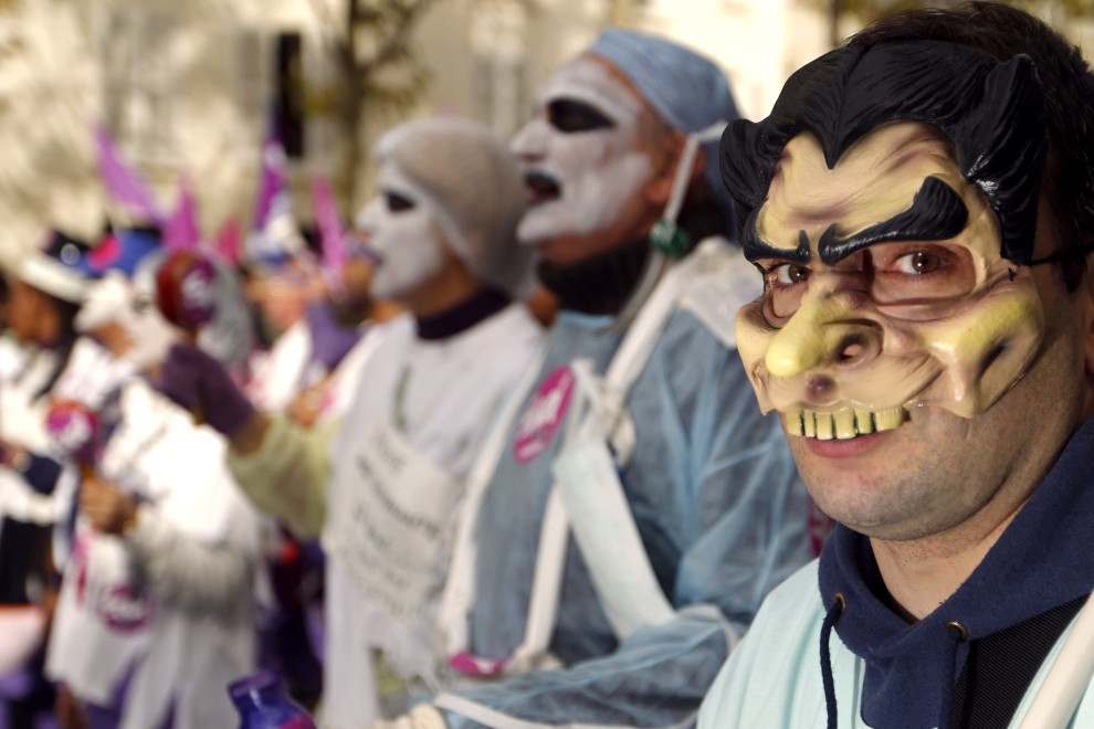 14. FRANCJA, Paryż, 19 października 2010: Przeciwnicy planu zmian w systemie emerytalnym prezydenta Sarkozy'ego . AFP PHOTO / JOEL SAGET