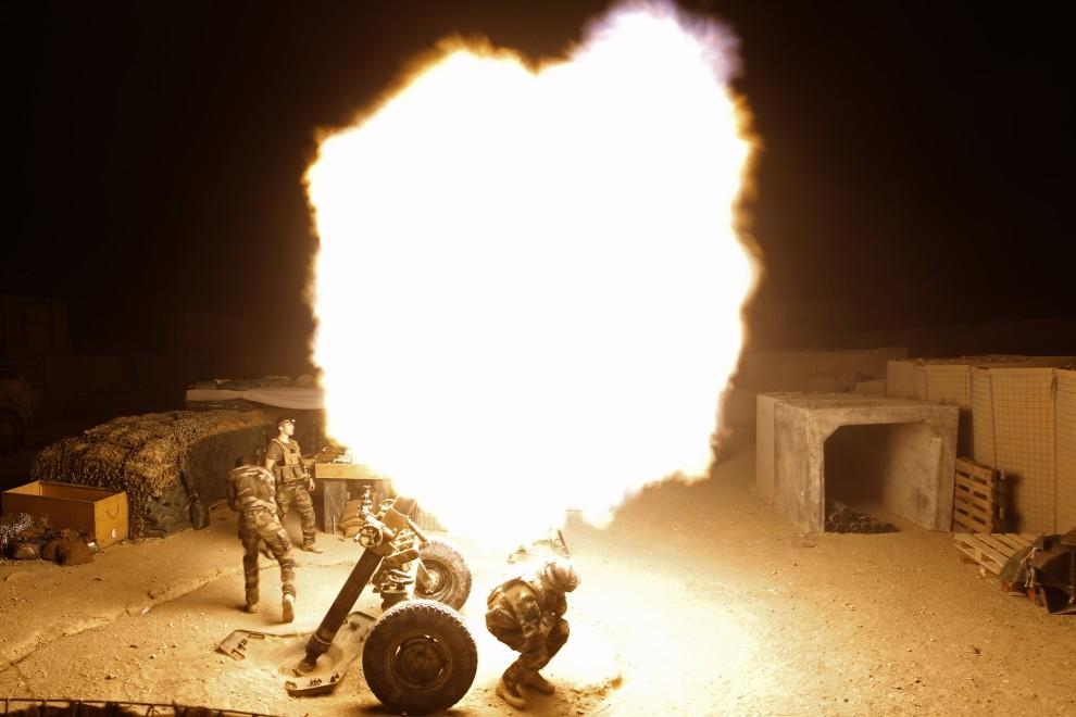 10. AFGANISTAN, Surobi, 21 września 2010: Francuscy żołnierze podczas ostrzału moździerzowego na posterunku Rocco. AFP PHOTO/Joel SAGET