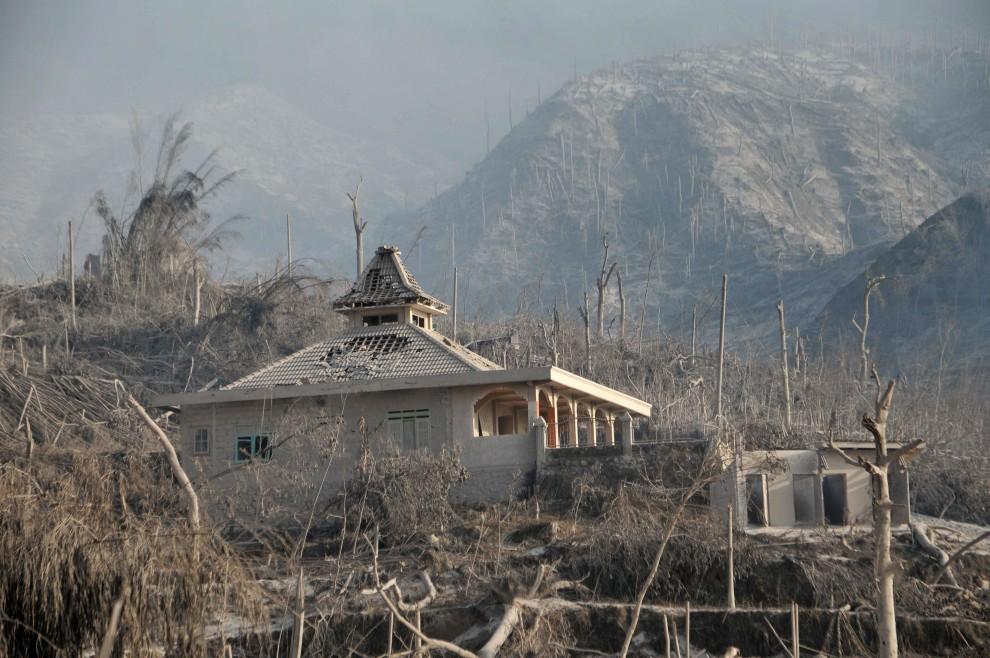 10. INDONEZJA, Sleman, 27 październik 2010: Budynek zniszczony w wyniku erupcji wulkanu. AFP PHOTO / CLARA PRIMA