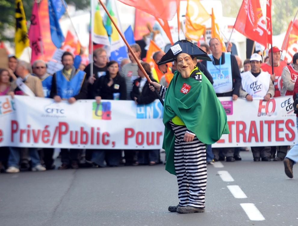 10. FRANCJA, Lille, 12 października 2010: Mężczyzna w masce z podobizną prezydenta Sarkozy'iego na czele demonstracji w Lille. AFP / DENIS CHARLET