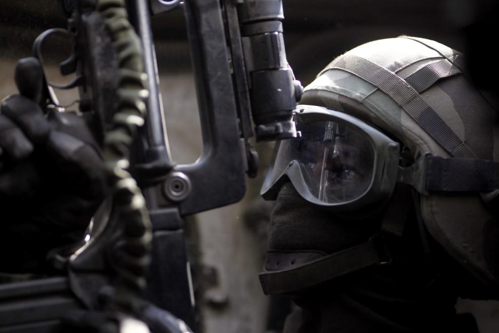 11. AFGANISTAN, Surobi, 27 września 2010: Francuski żołnierze we wnętrzu pojazdu opancerzonego. AFP PHOTO/JOEL SAGET