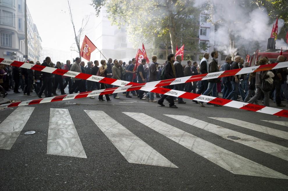 11. FRANCJA, Lyon, 12 października 2010: Związkowcy protestujący na ulicach Lyonu. AFP / JEAN-PHILIPPE KSIAZEK