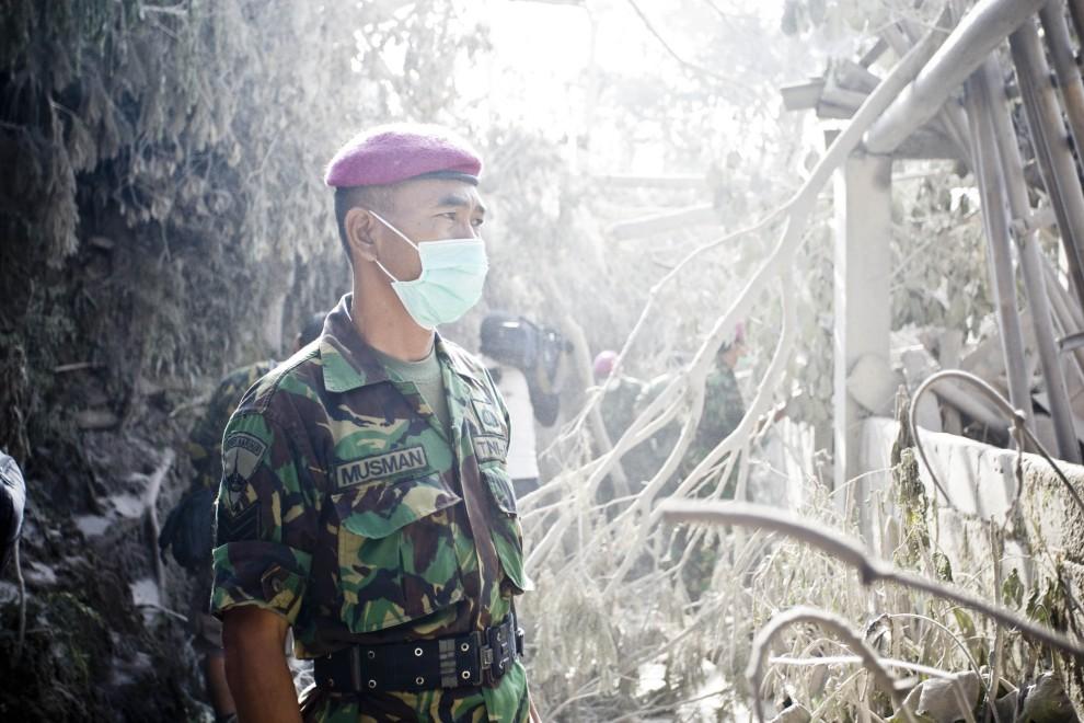 11. INDONEZJA, Yogyakarta, 27 października 2010: Żołnierz z grupy ratunkowej przygląda się zniszczeniom. (Foto: Ulet Ifansasti/Getty Images)