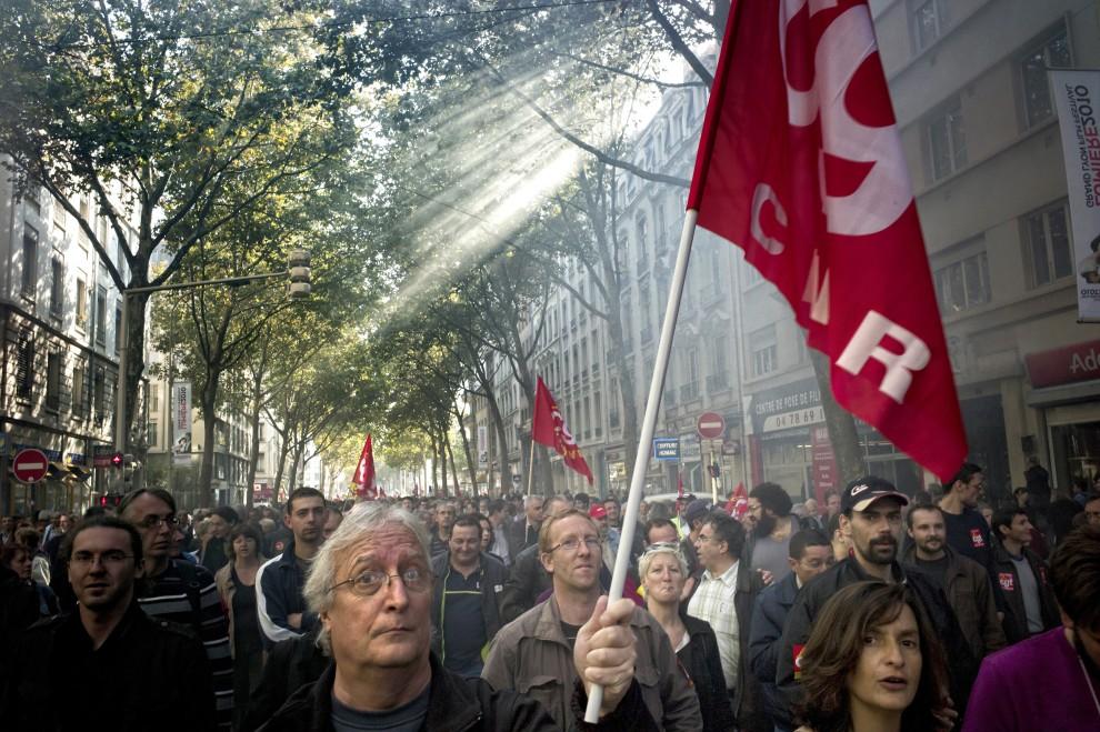 12. FRANCJA, Lyon, 12 października 2010: Demonstracja przeciw planom zmian w systemie emerytalnym. AFP / JEAN-PHILIPPE KSIAZEK