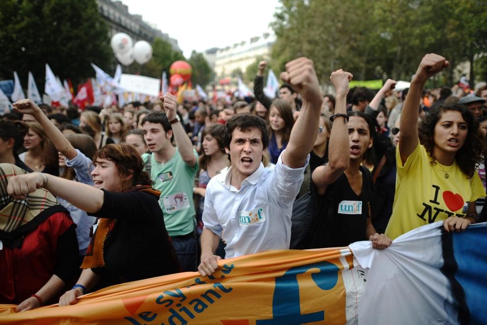 13. FRANCJA, Paryż, 2 października 2010: Młodzież demonstruje przeciw prezydenckiemu planowi zmian w systemie emerytalnym. AFP PHOTO FRED DUFOUR