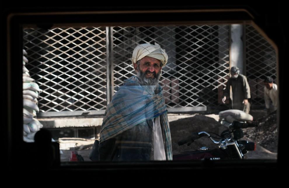 14. AFGANISTAN, Heart, 24 października 2010: Widok przez okno hummera  jadącego ulicą w mieście Heart. (Foto: Chris Hondros/Getty Images)