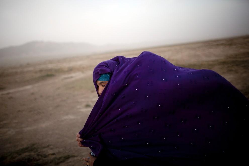 15. AFGANISTAN, Heart, 12 października 2010: Afganka zasłania się przed uciążliwym wiatrem. (Foto: Majid Saeedi/Getty Images)