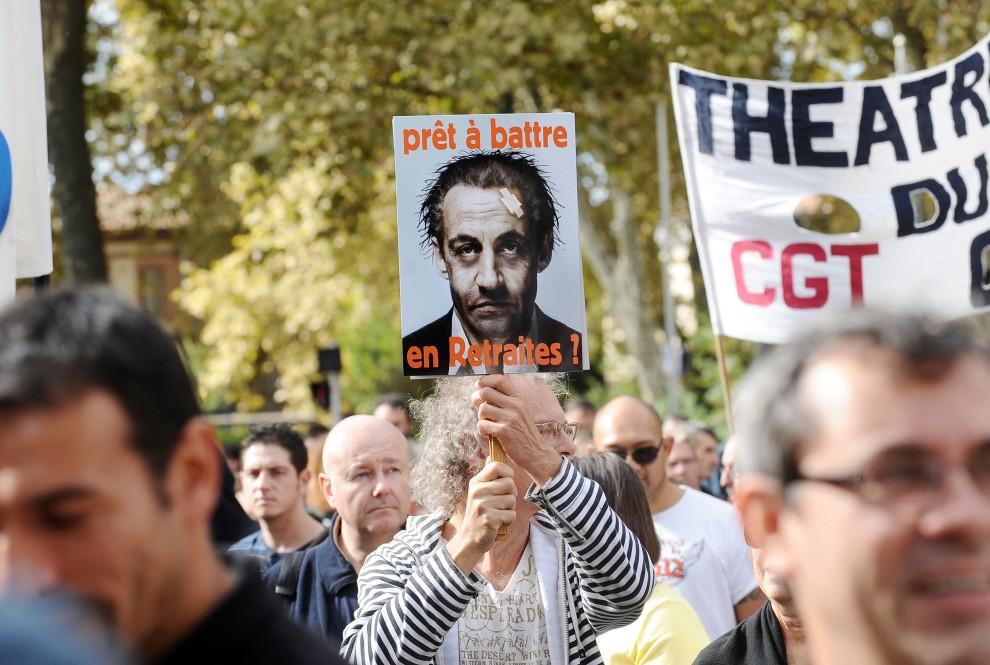 18. FRANCJA, Tuluza, 2 października 2010: Protest przeciw planom zmian w systemie emerytalnym prezydenta Sarkozy'iego. AFP PHOTO / ERIC CABANIS
