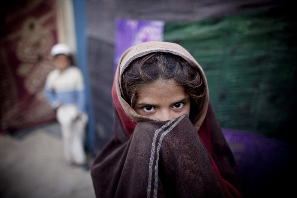 16. AFGANISTAN, Kabul, 21 października 2010: Dziewczynka z prowincji Kapisa stoi przed namiotem w obozie na przedmieściach Kabulu. (Foto: Majid Saeedi/Getty Images)