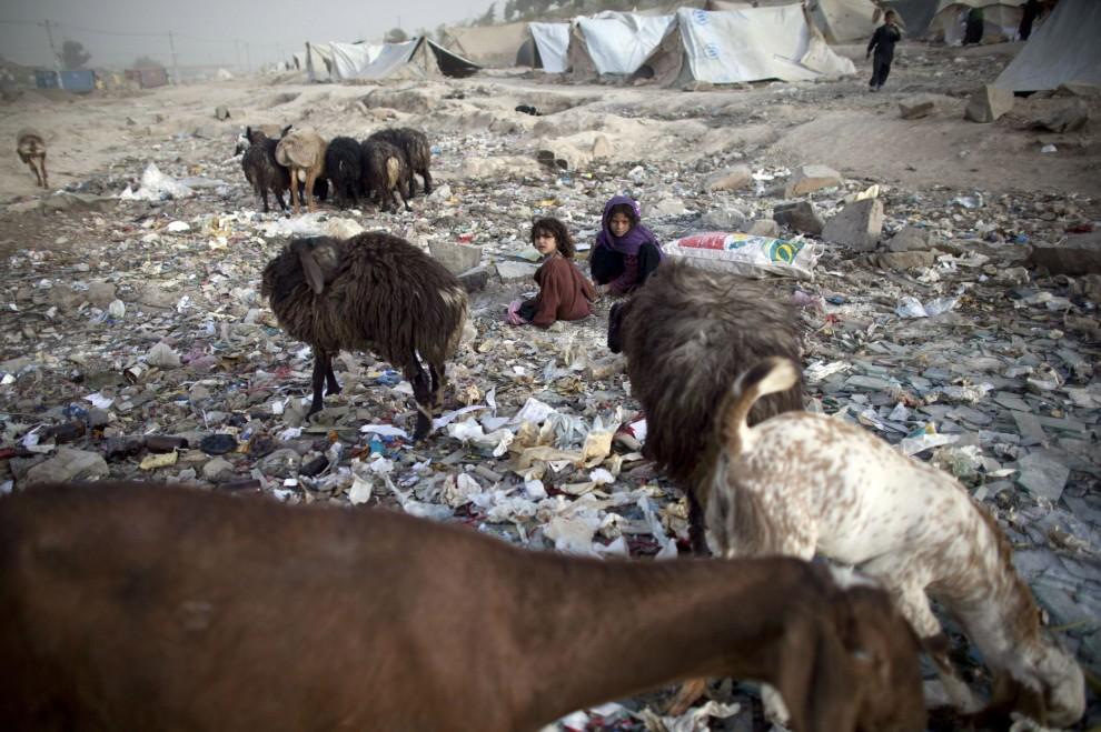 17. AFGANISTAN, Kabul, 21 października 2010: Afgańskie dzieci bawią się w obozie dla uchodźców na przedmieściach Kabulu. (Foto: Majid Saeedi/Getty Images)