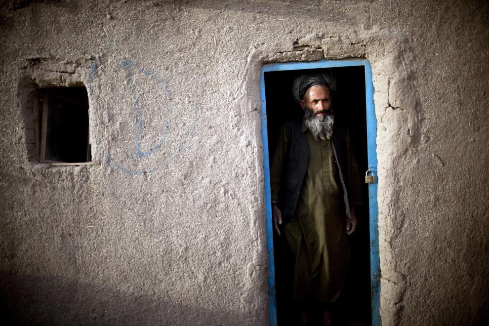 18. AFGANISTAN, Heart, 15 października 2010: Mężczyzna stoi w drzwiach domu zbudowanego w obozie dla uchodźców. (Foto: Majid Saeedi/Getty Images)