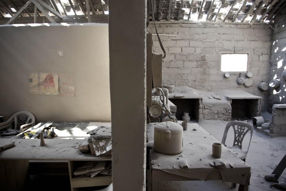 18. INDONEZJA, Yogyakarta, 27 października 2010: Kuchnia i sąsiadujący z nią pokój pokryte warstwą pyłu wulkanicznego. (Foto: Ulet Ifansasti/Getty Images)