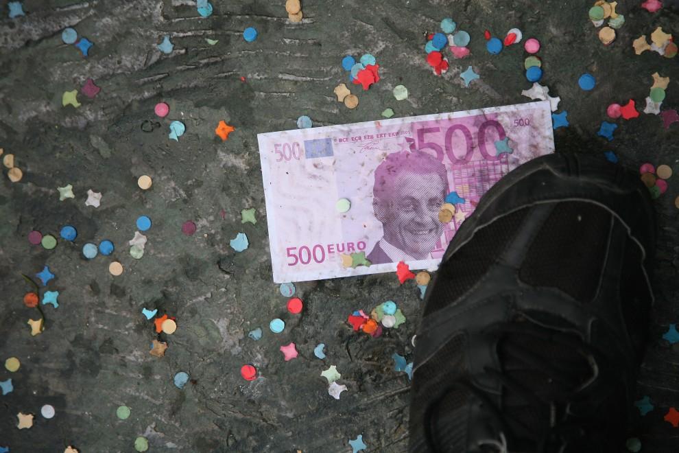 21. FRANCJA, Paryż, 16 października 2010: Fałszywy banknot z podobizną prezydenta Francji deptany przez protestanta.  (Foto: Julien M. Hekimian/Getty Images)