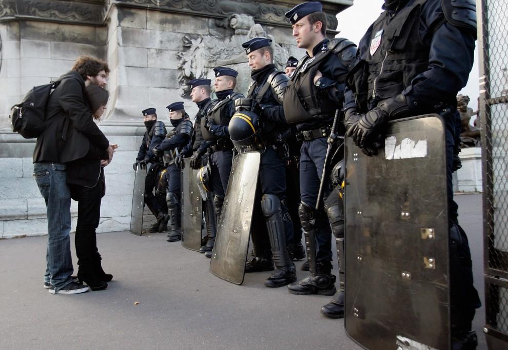 22. FRACNJA, Paryż, 19 października 2010: Studenci stoją przed pilnującym porządku oddziałem policji. (Foto: Franck Prevel/Getty Images)