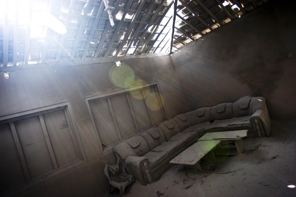 20. INDONEZJA, Yogyakarta, 27 października 2010: Pokój dzienny zasypany pyłem wulkanicznym. (Foto: Ulet Ifansasti/Getty Images)
