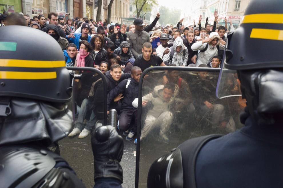 24. FRANCJA, Lyon, 15 października 2010: Uczniowie szkół średnich stają naprzeciw oddziałów policji. AFP PHOTO / JEAN-PHILIPPE KSIAZEK
