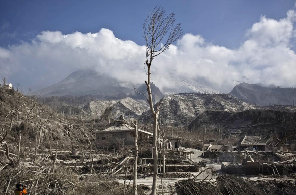 22. INDONEZJA, Yogyakarta, 27 października 2010: Panorama wioski zniszczonej przez erupcję wulkanu. (Foto: Ulet Ifansasti/Getty Images)