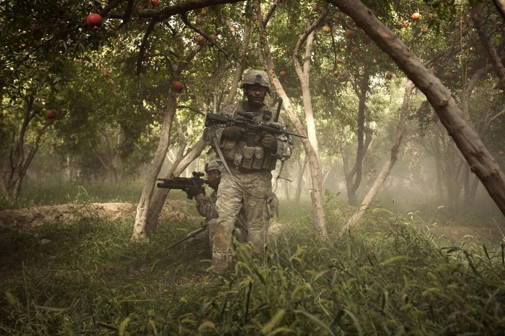 23. AFGANISTAN, Chahar Qolbah, 10 września 2010: Amerykańscy żołnierze podczas patrolu w gaju pomarańczowym. AFP PHOTO/PATRICK BAZ