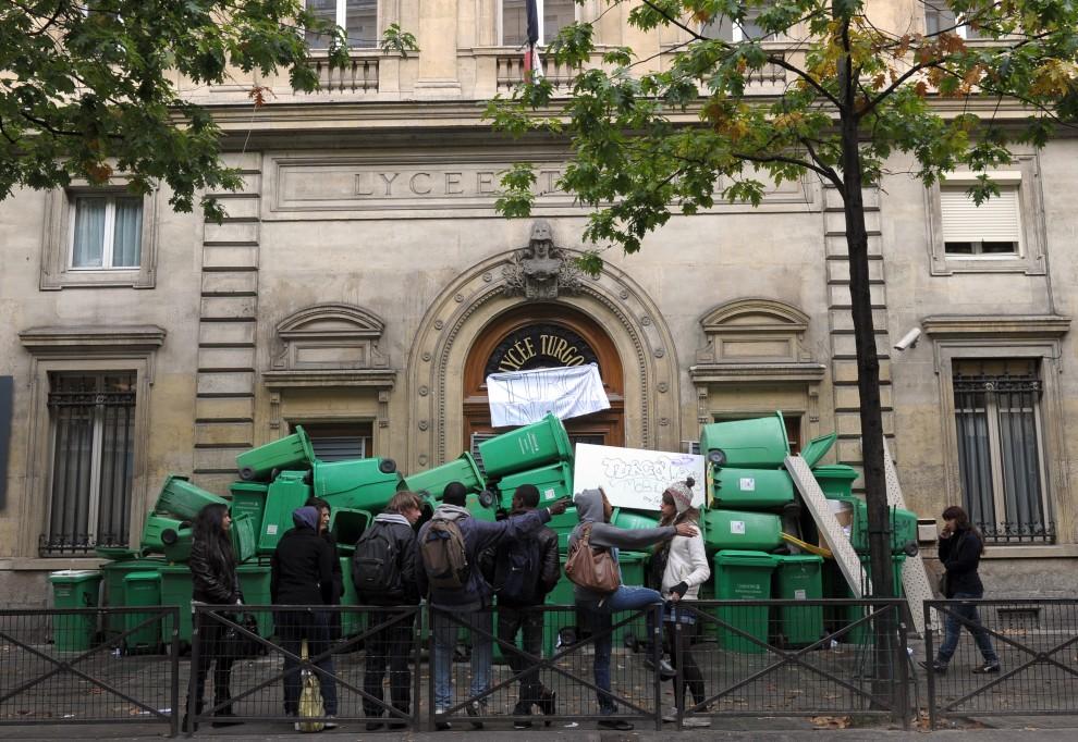 25. FRANCJA, Paryż, 19 października 2010: Wejście do jednego z liceów zastawione koszami na śmieci. AFP PHOTO MIGUEL MEDINA