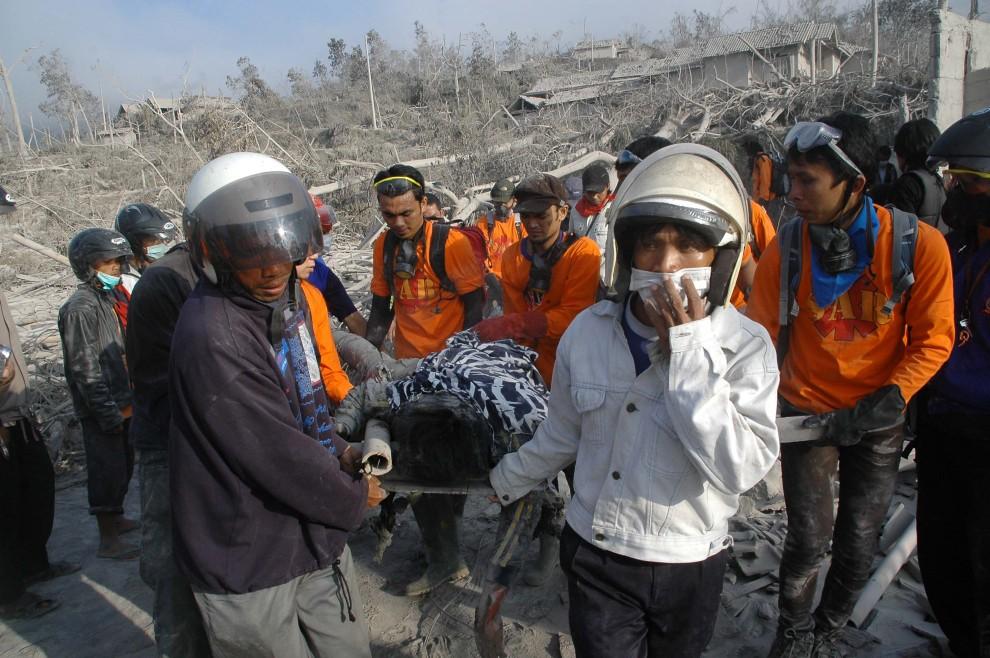 24. INDONEZJA, Sleman, 27 października 2010: Ekipa ratunkowa ewakuuje ofiary kataklizmu. AFP PHOTO / CLARA PRIMA